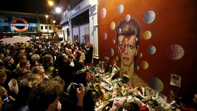 crowds gather bowie